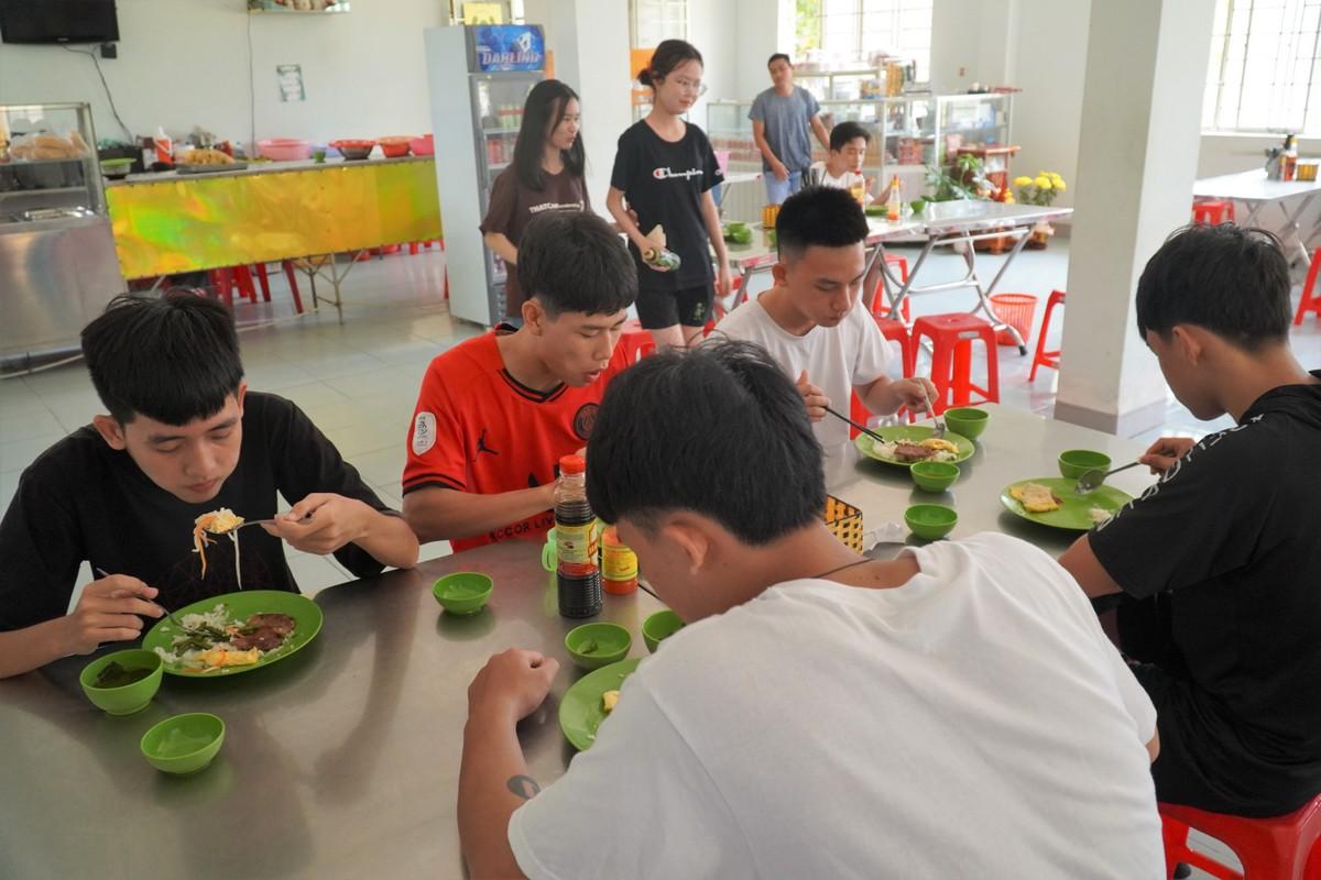 Căn tin ở tầng trệt phục vụ thường xuyên học sinh lớp 12 đảo Phú Quý khi các em có nhu cầu. Ảnh: Việt Quốc.