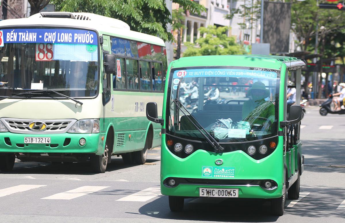 Tuyến buýt D1 (lộ trình: Công viên 23/9 - Thảo Cầm Viên) sử dụng loại xe 12 chỗ do doanh nghiệp khai thác, chạy trên đường Hàm Nghi (quận 1). Ảnh: Gia Minh.