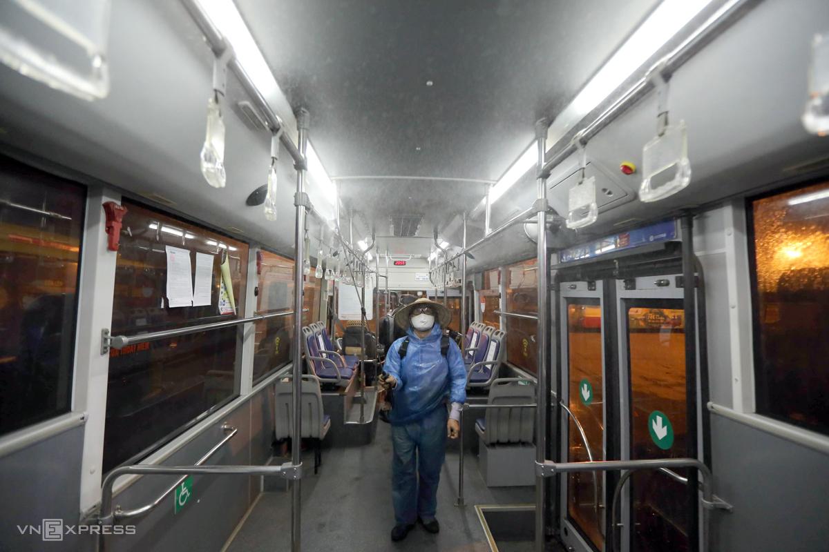 162 xe buýt của 15 tuyến trên địa bàn Hà Nội được phun khử khuẩn đêm 5/8. Ảnh: Sơn Đạt