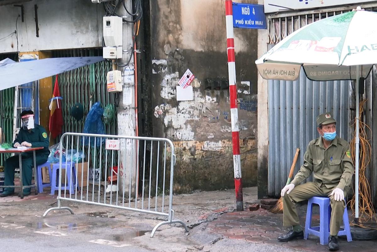 Chính quyền đã lập chốt, phong toả đường vào chung cư mini, nơi Bệnh nhân 714 sinh sống. Ảnh: Võ Hải.
