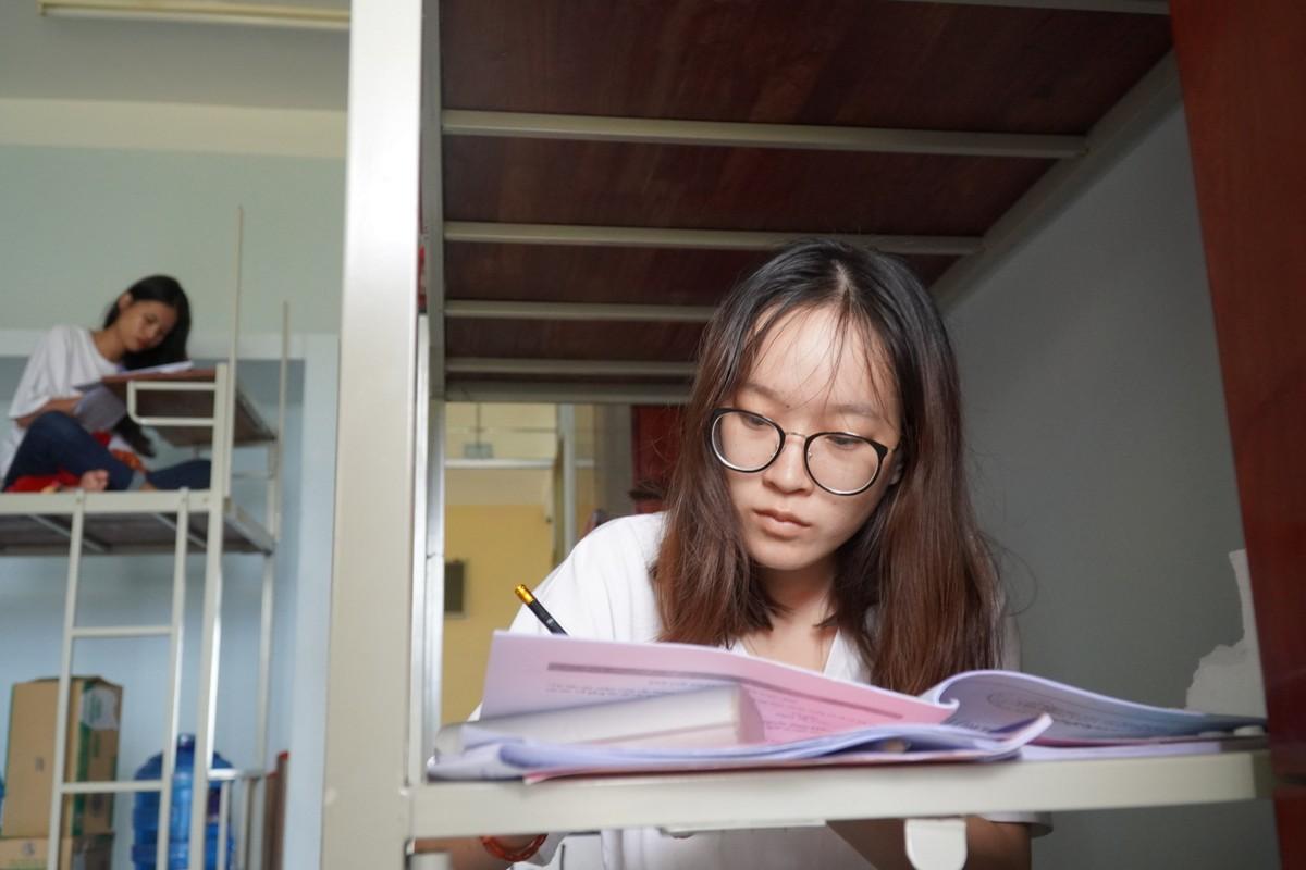 Nguyễn Thị Quỳnh Mai, thí sinh đảo Phú Quý và bạn cùng phòng đang ôn bài ở ký túc xá Trường Trần Hưng Đạo (TP Phan Thiết), sáng 6/8. Ảnh: Việt Quốc.