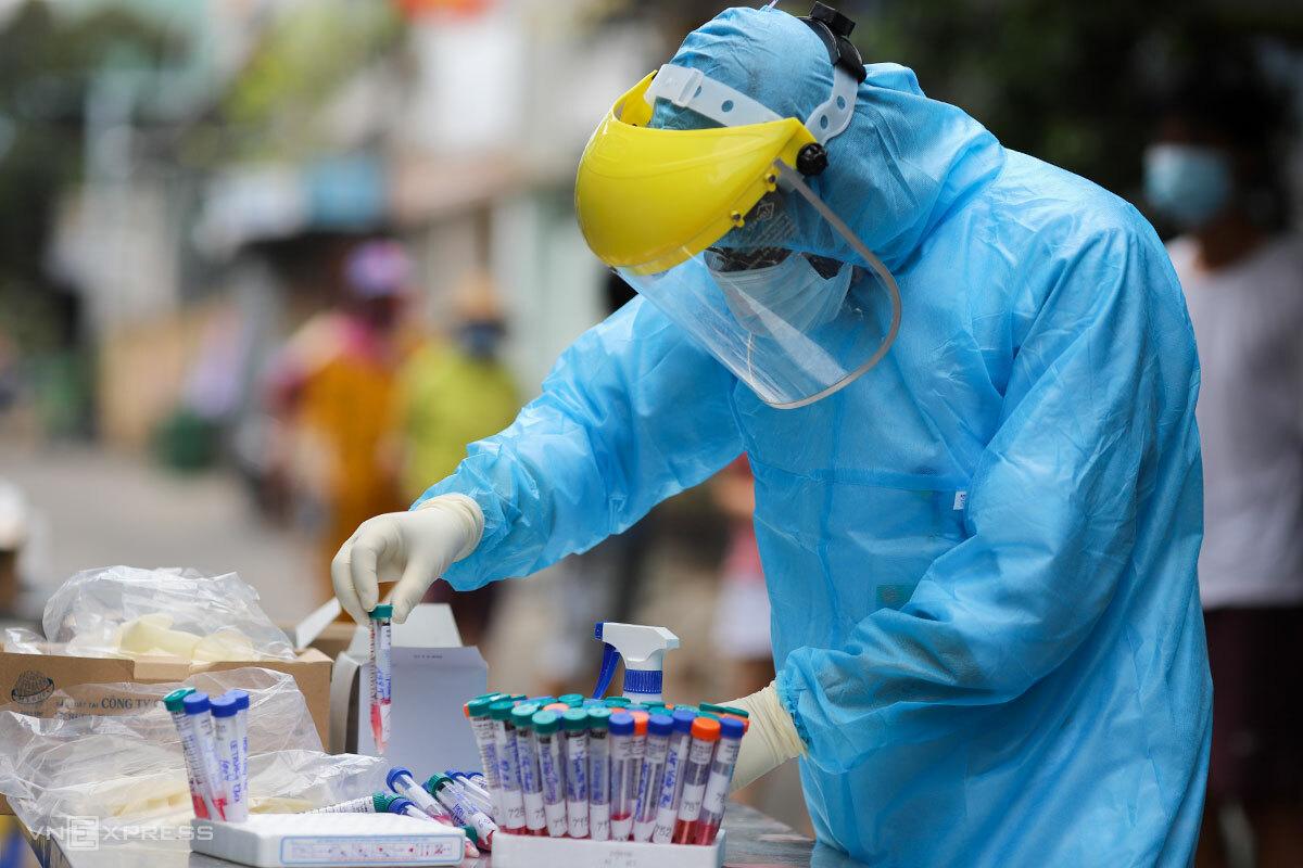 Nhân viên y tế lấy mẫu xét nghiệm tại khu dân cư, ngày 3/8. Ảnh: Nguyễn Đông.