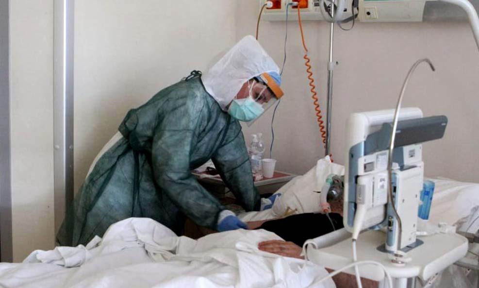 Nhân viên y tế chăm sóc cho bệnh nhân tại bệnh viện Vaio di Fidenza, thành phố Parma, Italy, hôm 24/4. Ảnh: Reuters.