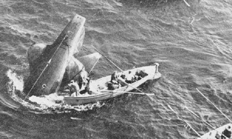 Lực lượng cứu hộ quanh phần đuôi HMS Thetis sau vụ chìm ngày 1/6/1939. Ảnh: Royal Navy.