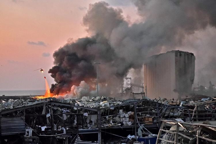 Trực thăng dập một đám cháy sau vụ nổ tại cảng Beirut, Lebanon, ngày 4/8. Ảnh: AFP.