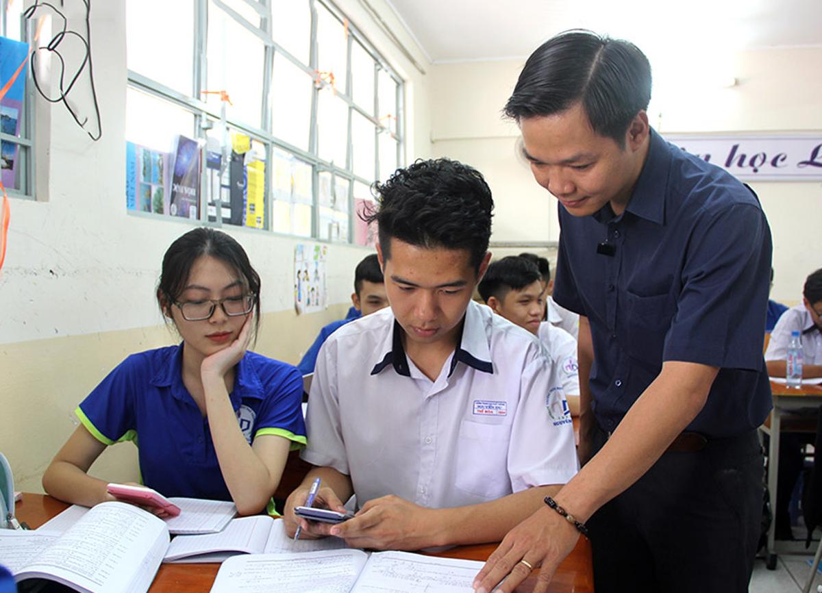 Thầy Lâm Vũ Công Chính (giáo viên Toán, trường THPT Nguyễn Du) trong một tiết dạy. Ảnh: Nguyên Thảo.