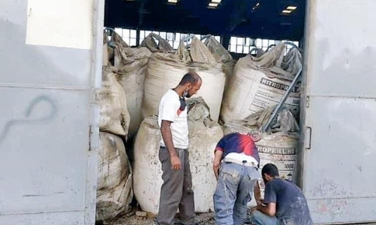 Lô hàng amoni nitrat tại kho số 12 thuộc bến cảng Beirut trong bức ảnh mới được công bố. Ảnh: NY Times.