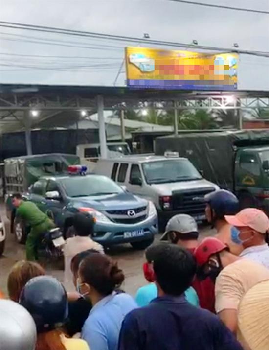 Cảnh sát phong tỏa lò giết mổ gia súc, nơi được cho là cơ sở kinh doanh của gia đình Khanh. Ảnh: Báo Người lao động