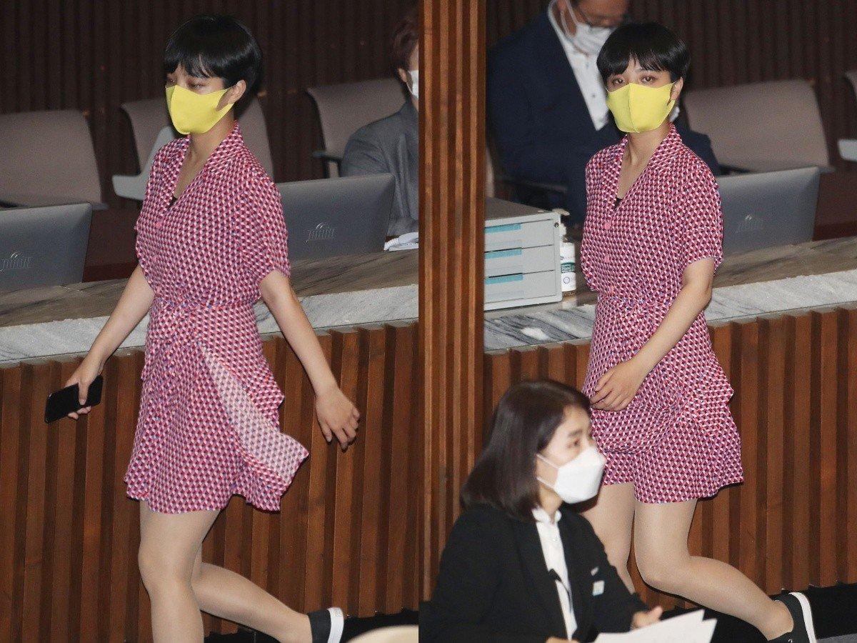 Nữ nghị sĩ Ryu Ho-jeong mặc váy đỏ ở quốc hội Hàn Quốc hồi đầu tuần. Ảnh: Yonhap.