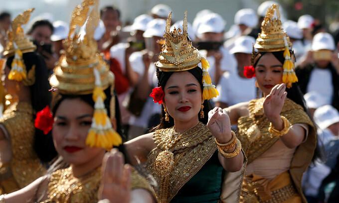 Các vũ công biểu diễn ở Công viên Tự do nhân Ngày Quốc tế Nhân quyền ở thủ đô Phnom Penh, Campuchia, tháng 12/2019. Ảnh: Reuters.