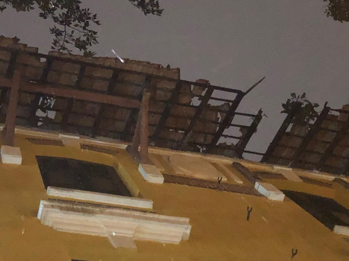 Mưa to kèm gió lớn khiến mái ngói của trường THPT Trưng Vương hư hỏng. Ảnh: Đinh Vui.