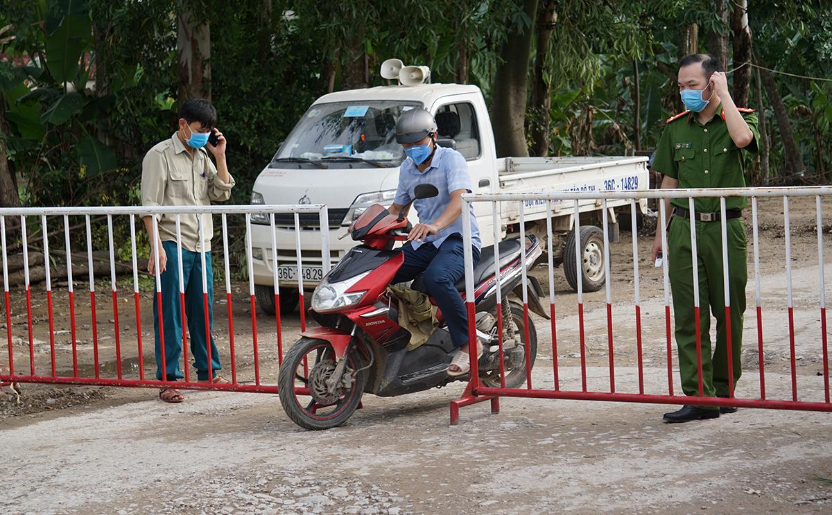 Người dân ra vào khu cách ly khu phố Nam Bắc, phường Quảng Vinh được kiểm tra kỹ lưỡng. Ảnh: Lê Hoàng.