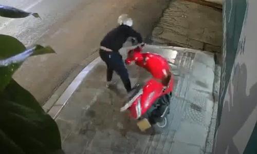 Tên trộm hụt chân ngã dập mông - 2