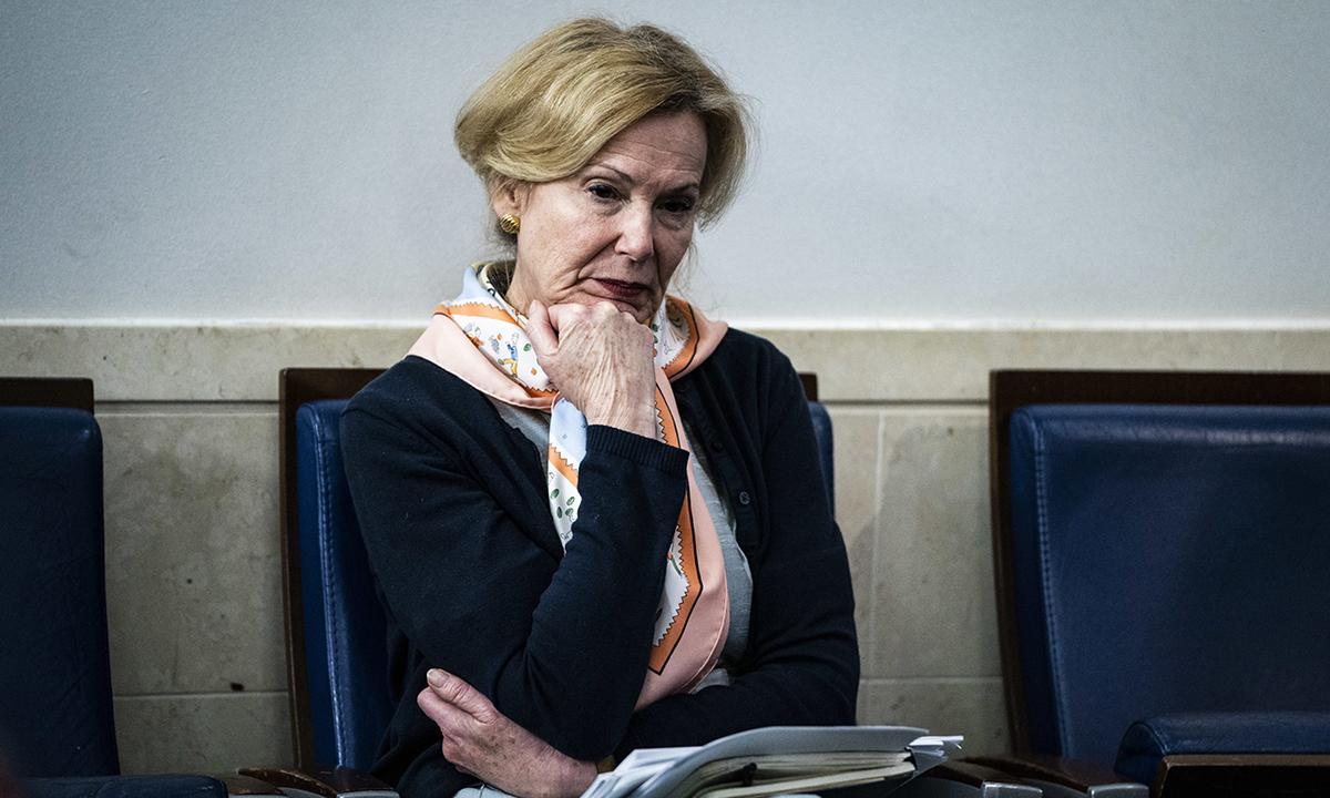 Tiến sĩ Deborah Birx (giữa) ngồi nghe Tổng thống Trump họp báo Covid-19 tại Nhà Trắng, hồi tháng 4. Ảnh: Washington Post.