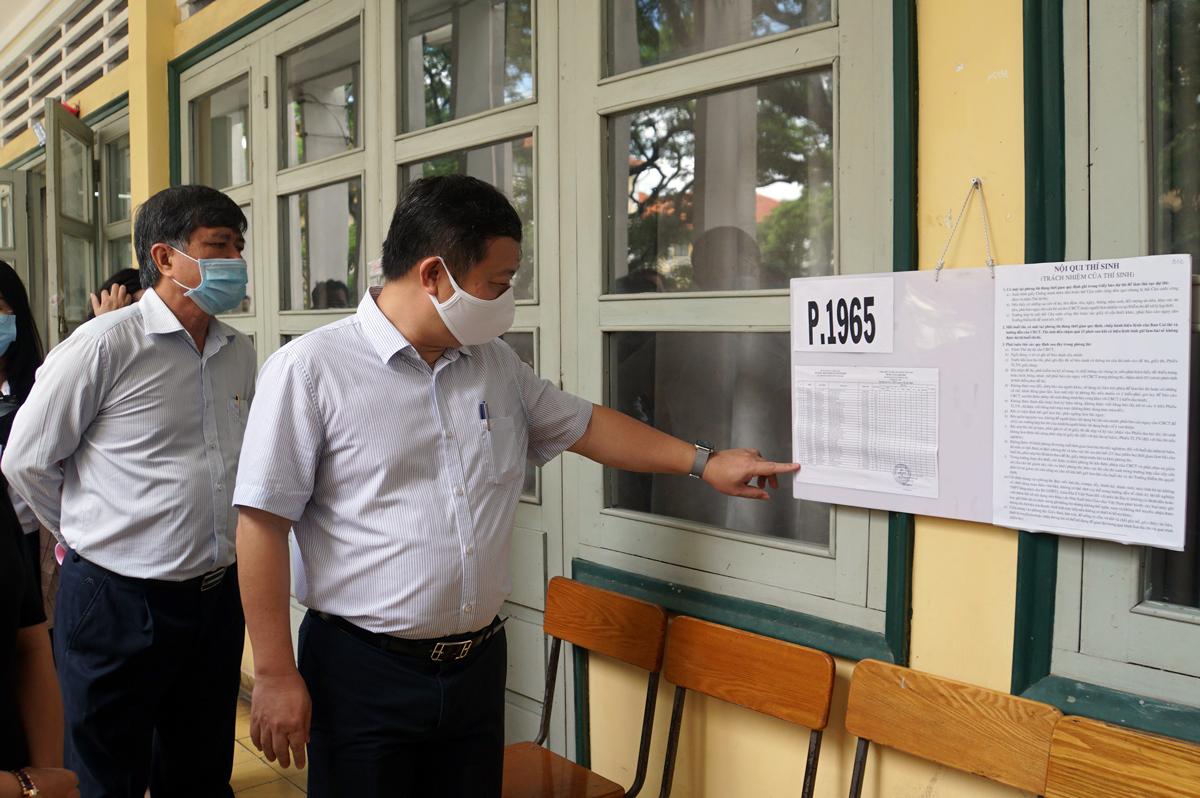 Phó chủ tịch UBND TP HCM Dương Anh Đức (trước) kiểm tra việc tổ chức phòng thi tại trường THPT chuyên Trần Đại Nghĩa, sáng 7/8. Ảnh: Mạnh Tùng.