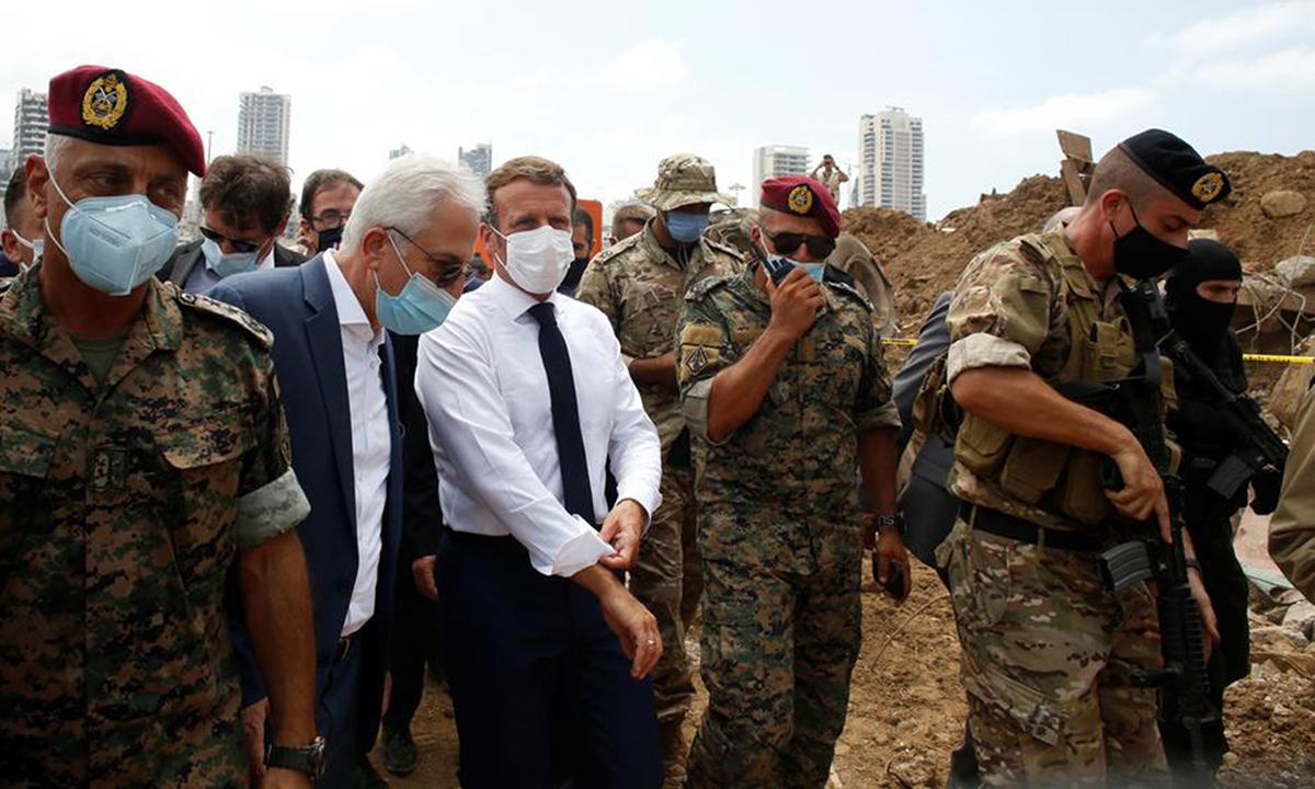 Tổng thống Pháp Emmanuel Macron (áo sơ mi trắng) tới thăm nơi xảy ra vụ nổ tại cảng Beirut, Lebanon, hôm 6/8. Ảnh: Reuters.