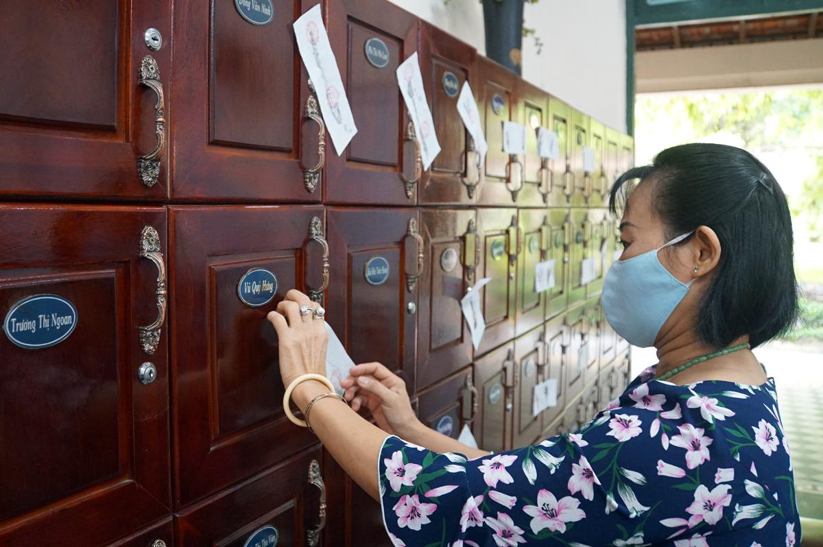 Toàn bộ các tủ cá nhân của giáo viên tại trường THPT Lê Quý Đôn (quận 3) được niêm phong sáng 7/8 nhằm đảm bảo bảo mật cho kỳ thi tốt nghiệp THPT. Ảnh: Mạnh Tùng.