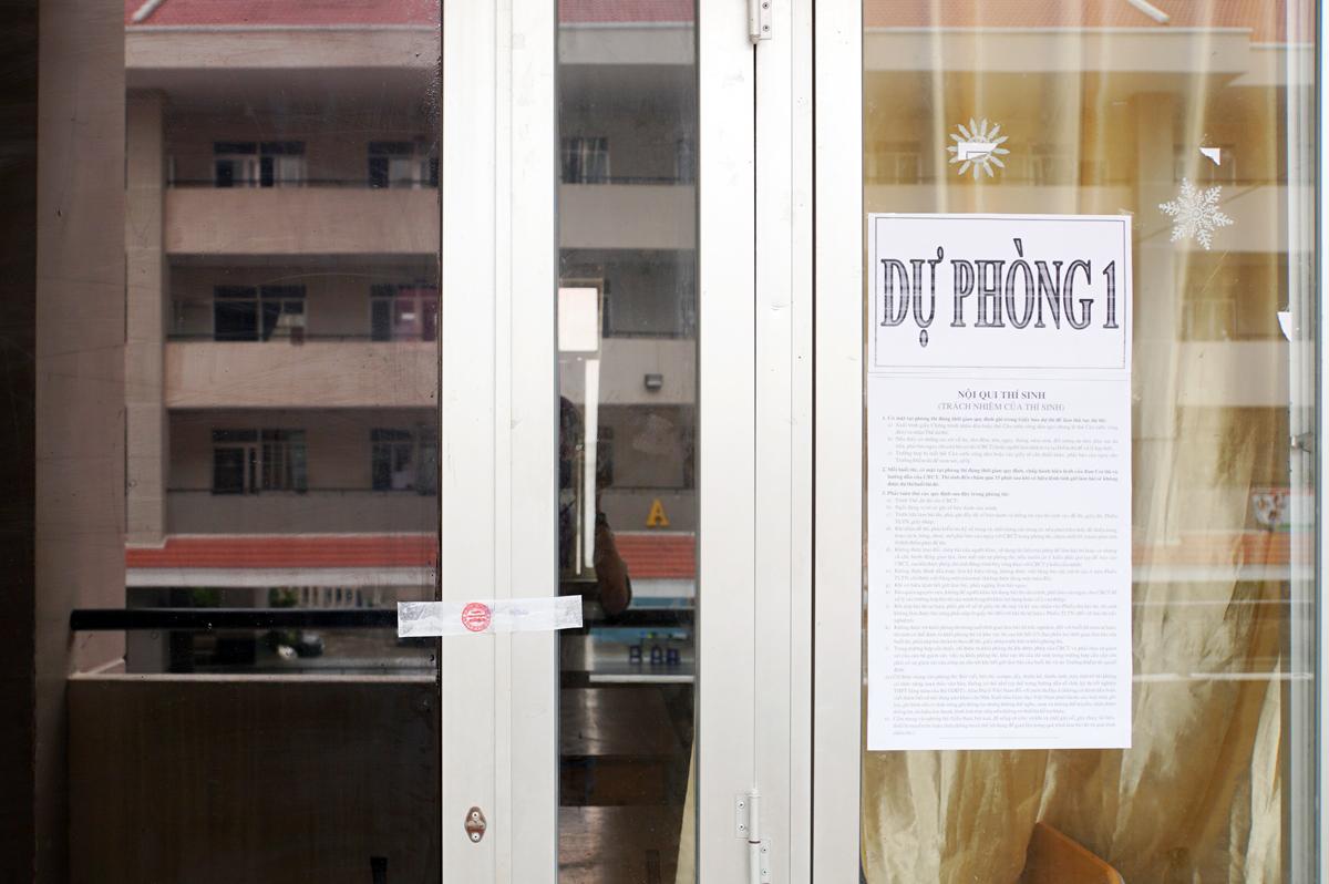 Phòng thi dự phòng tại điểm thi THPT Nguyễn Hữu Thọ (quận 4) được niêm phong ngày 7/8. Ảnh: Mạnh Tùng.