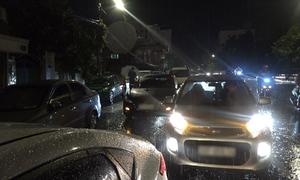 Ôtô chết máy xếp hàng 2 km trong mưa lớn