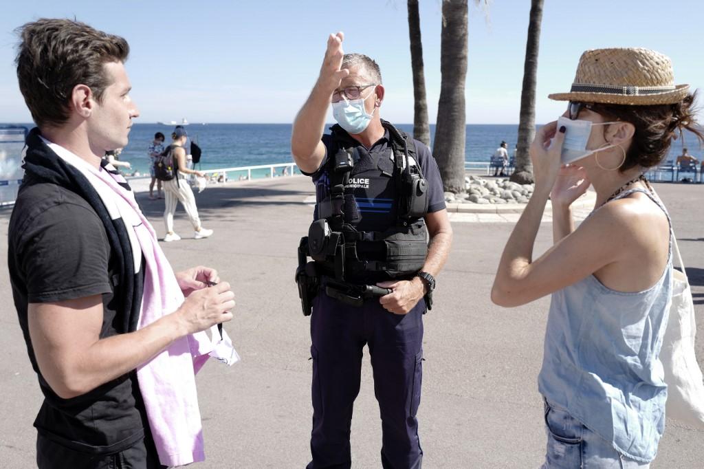 Cảnh sát tuần tra và nhắc nhở người dân đeo khẩu trang theo quy định ở thành phố Nice, Pháp, hôm 3/8. Ảnh: AFP