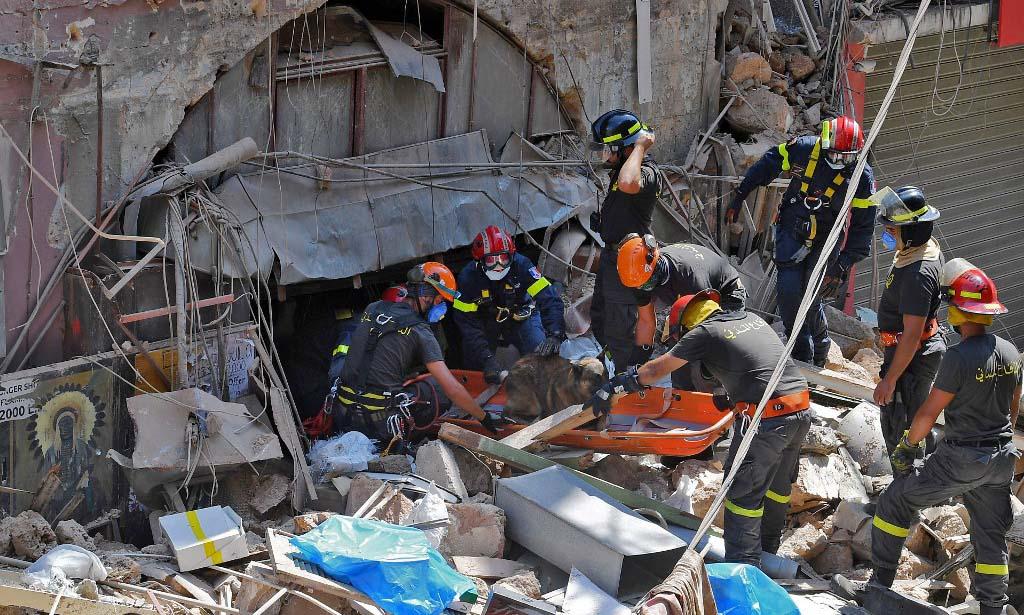 Lực lượng phòng vệ dân sự Lebanon tìm kiếm nạn nhân và những người sống sót hôm 6/8, sau vụ nổ ở thủ đô Beirut. Ảnh: AFP.