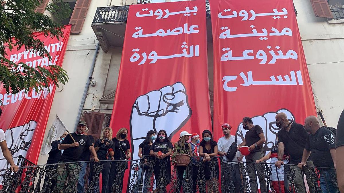 Người biểu tình tại trụ sở Bộ Ngoại giao ở Beirut ngày 8/8. Ảnh: Reuters.