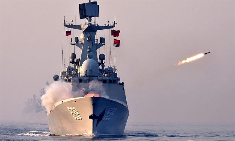 Hộ vệ hạm Vu Hồ phóng tên lửa trong diễn tập Join Sea tại Thanh Đảo, tháng 4/2019. Ảnh: XinHua.