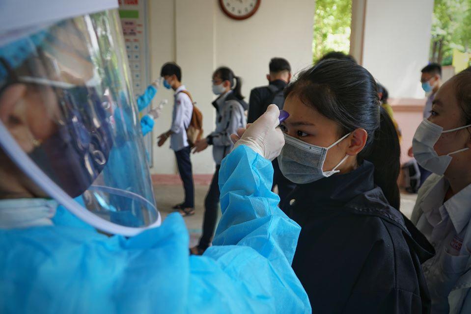 Thí sinh thi THPT 2020 ở trường Trần Quốc Tuấn, Quảng Ngãi được đo thân nhiệt trước khi vào trường. Ảnh: Phạm Linh.