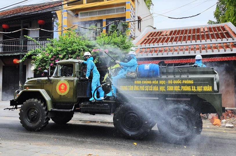 Lực lượng quân đội phun hóa chất khử trùng ở phố cổ Hội An. Ảnh: Đắc Thành.