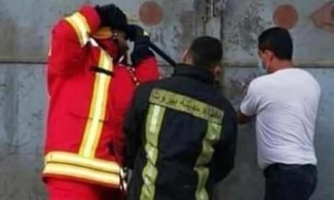 Ba lính cứu hỏa cố phá khóa cửa nhà kho số 12 ở cảng Beirut hôm 4/8, ít giây trước vụ nổ lớn. Ảnh: Herald Sun.