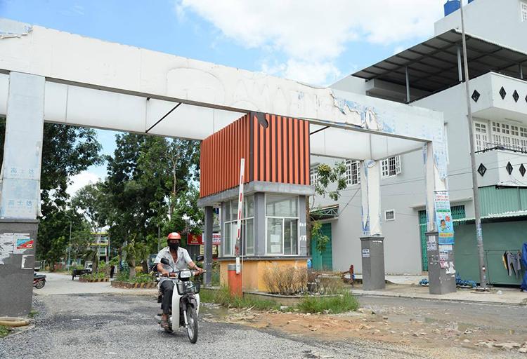 Lối vào dự án Amazing City ở xã Tân Nhựt, huyện Bình Chánh. Ảnh: Trung Sơn