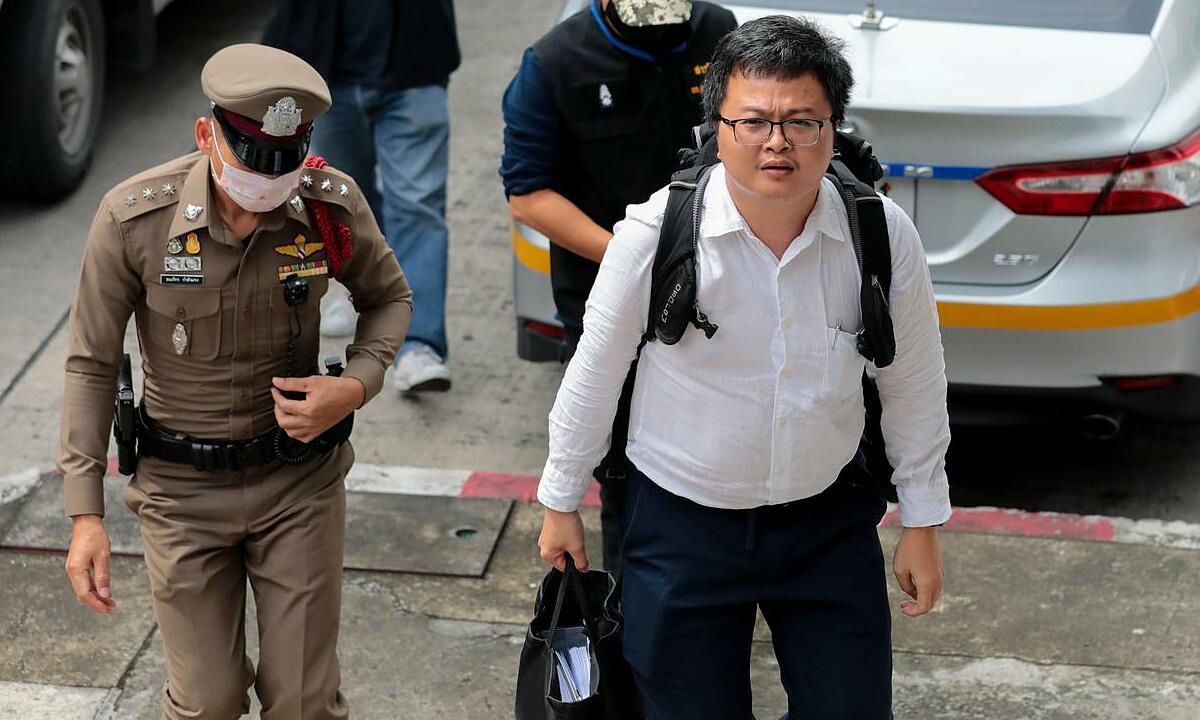 Anon Nampa (áo trắng) tại đồn cảnh sát ở Bangkok, Thái Lan, ngày 7/8. Ảnh: Reuters.
