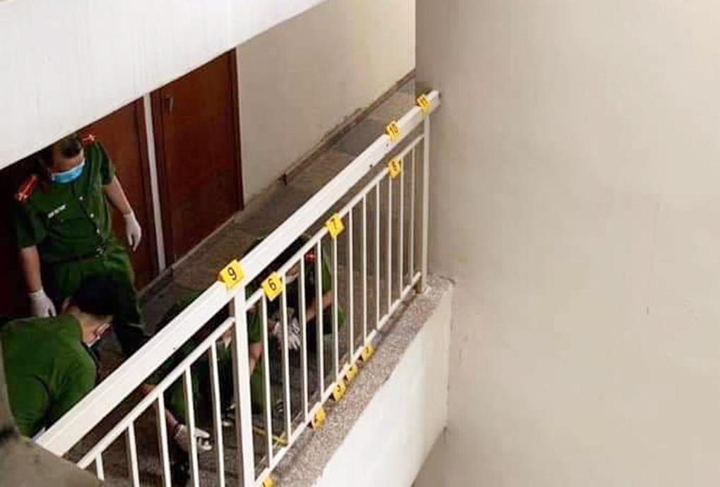Cảnh sát khám nghiệm hành lang tầng 14 block D sáng 10/4. Ảnh: LS Quynh.