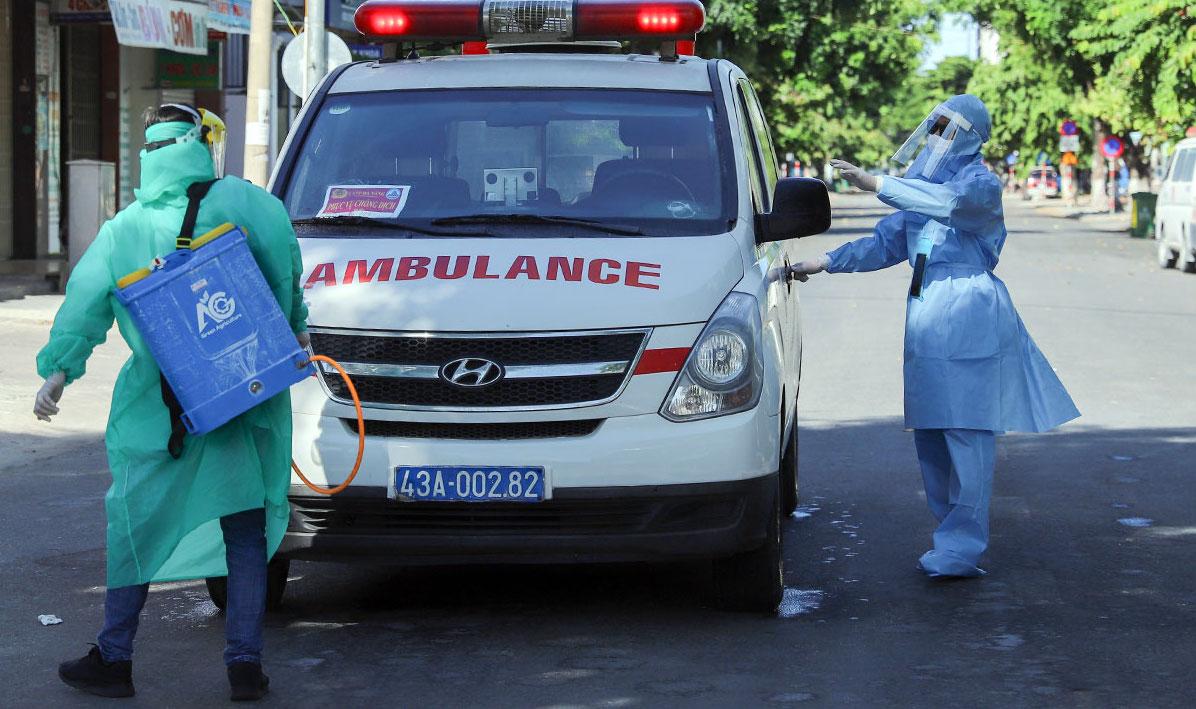 Nhân viên y tế phun khử khuẩn ở Đà Nẵng. Ảnh: Nguyễn Đông