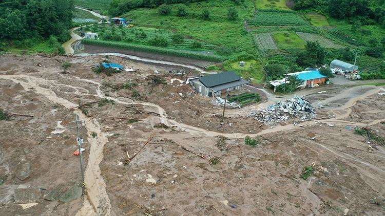 Mưa lớn gây lở đất tại quận Gokseong, phía tây nam Hàn Quốc. Ảnh: Yonhap.