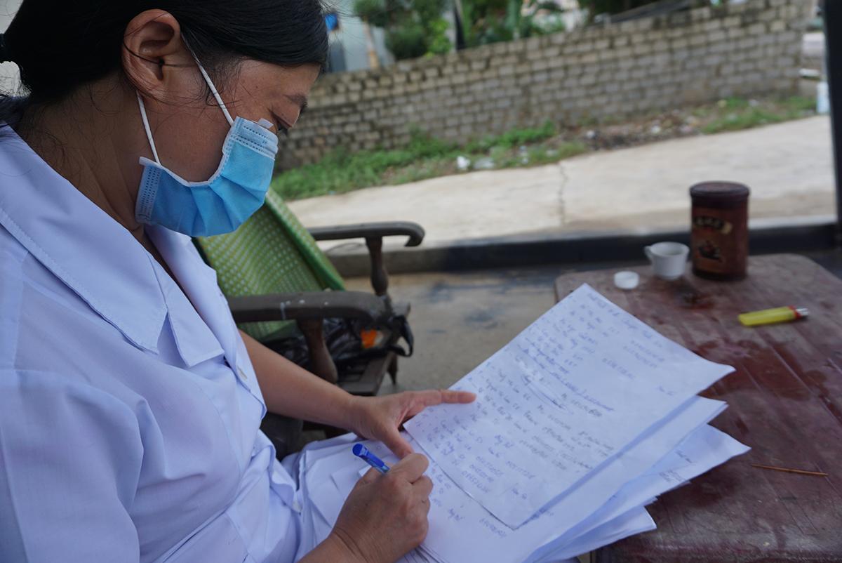 Cán bộ y tế ở Thanh Hoá lập danh sách thống kê, giám sát những người trong diện tiếp xúc gần với các ca mắc Covid-19. Ảnh: Lê Hoàng.