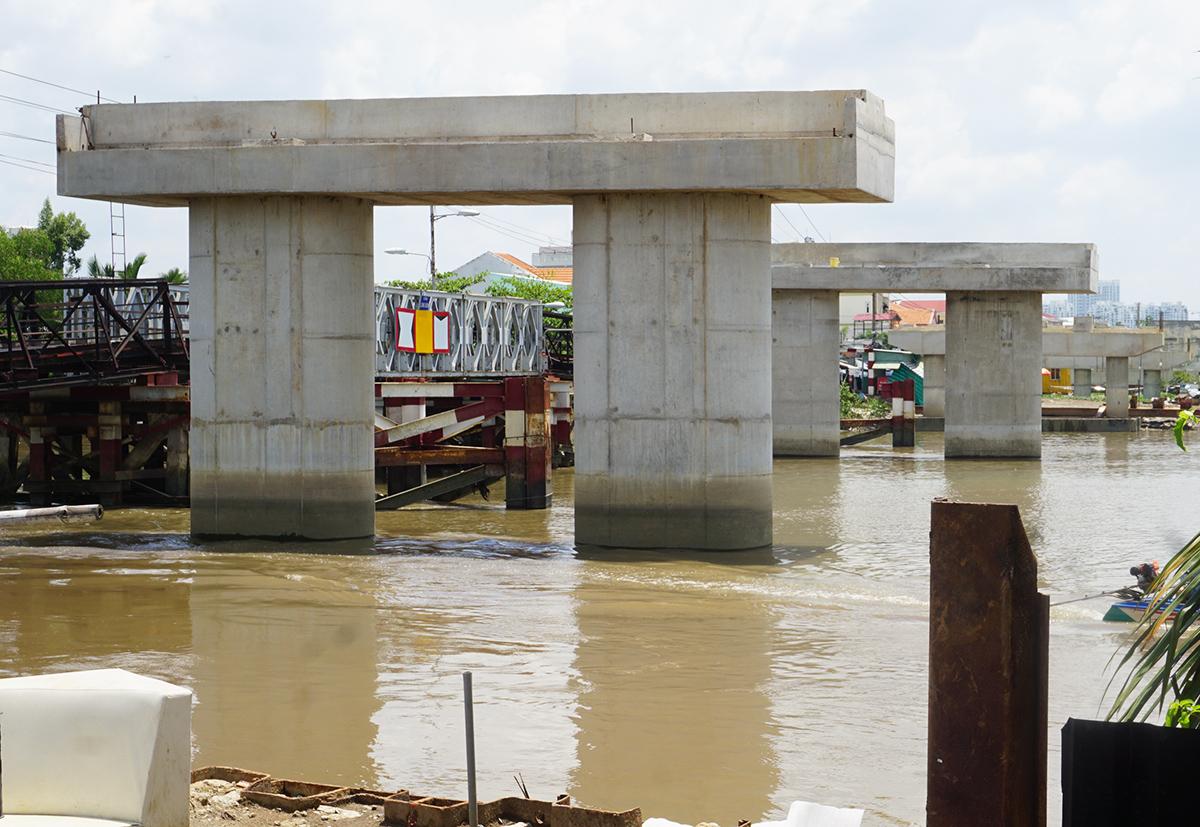 Các trụ bêtông ở dự án cầu Long Kiểng mới hôm 23/7 sau khi đơn vị thi công rút đi. Ảnh: Gia Minh.