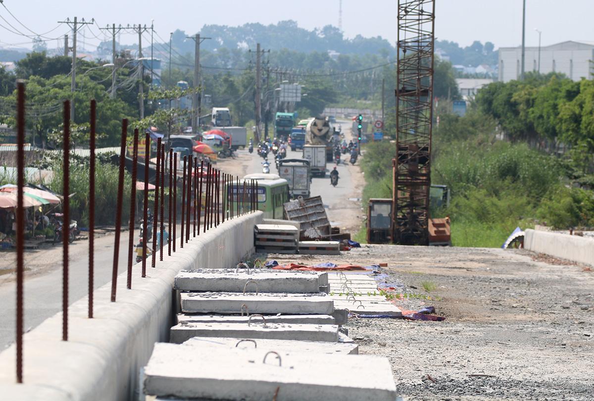 Xe chuyên dụng, vật liệu xây dựng trên công trường cầu Tăng Long (quận 9), nằm chơ vơ sau khi đơn vị thi công rút đi. Ảnh: Gia Minh.