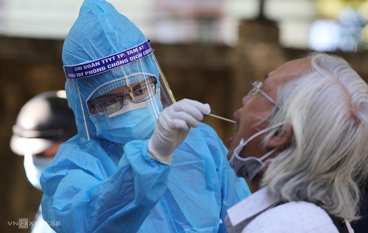 Nhân viên y tế Quảng Nam lấy mẫu xét nghiệm Covid-19. Ảnh: Đắc Thành.