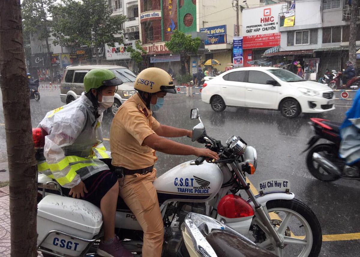 Đại uý Nguyễn Anh Tú chở nữ sinh đến điểm thi Ernst Thälmann hồi 13h30 ngày 9/8. Ảnh: Cảnh sát hình sự