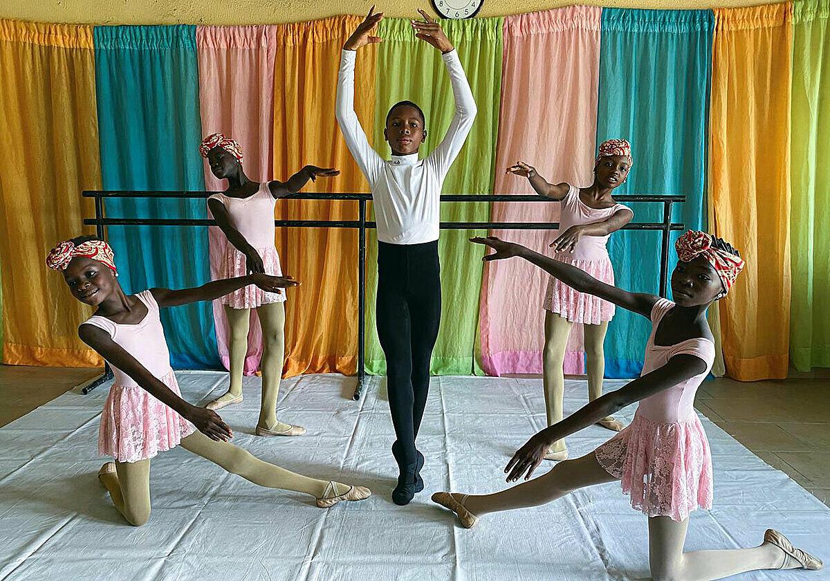 Madu tập múa ballet cùng các bạn tại trường múa Leap of Dance (thành phố Lagos, Nigeria) ngày 27/7. Ảnh: Seun Sanni/ Reuters.