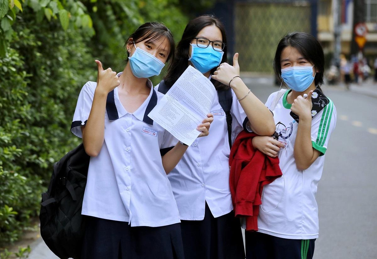 Nhóm thí sinh tại điểm thi trường Marie Curie (quận 3, TP HCM) tự tin sau khi hoàn thành bài thi môn Ngữ văn. Ảnh: Quỳnh Trần.