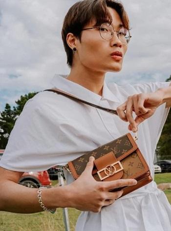 Trung Bao Le chụp ảnh cùng một chiếc túi xách hàng hiệu. Ảnh: Instagram/TrungBaoLe.