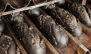 Bánh mì than tre bán hơn 1.000 ổ mỗi ngày