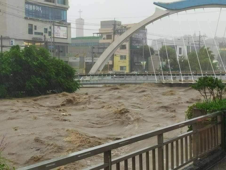 Nước sông dâng cao do mưa lớn lịch sử ở thành phố Gwangju. Ảnh: Nhân vật cung cấp