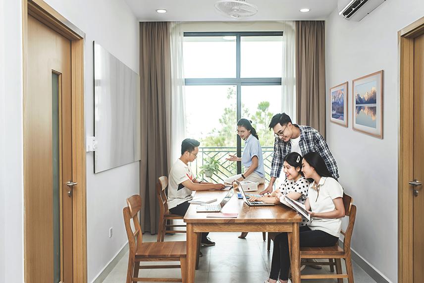 Được xây dựng dựa theo mô hình 3 cùng (cùng học – cùng sống – cùng làm việc), cả sinh viên và giáo sư sẽ cùng sống trong ký túc xá, tạo thành không gian kết nối.