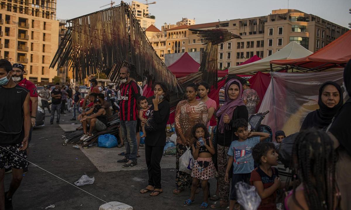 Người dân chờ nhận thực phẩm và đồ cứu trợ tại Beirut hôm 6/8. Ảnh: NYTimes.