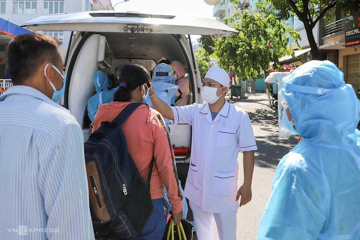 Bệnh nhân được đo thân nhiệt và có xe đưa đón vào khu vực chạy thận nhân tạo, ngày 29/7. Ảnh: Nguyễn Đông.