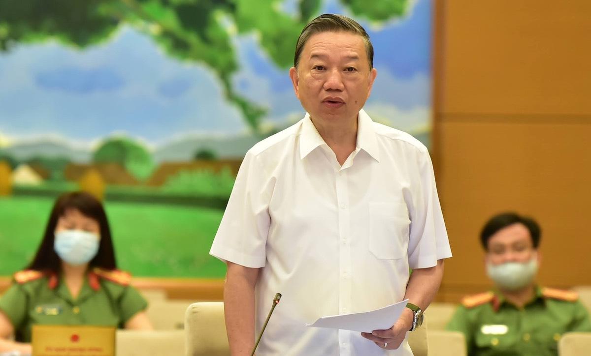 Bộ trưởng Công an Tô Lâm phát biểu tại phiên thảo luận sáng 10/8. Ảnh: Hoàng Phong