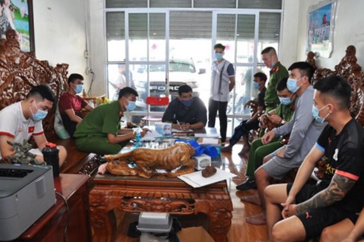 6 nghi can trong đường dây cá độ bóng đá do Nguyễn Quang Vinh cầm đầu bị công an bắt giữ để điều tra về hành vi tổ chức đánh bạc và đánh bạc. Ảnh: Công an Hải Dương